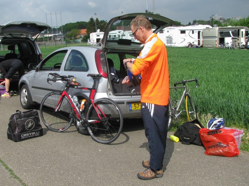 Henk bij auto met fietsen en andere zooi