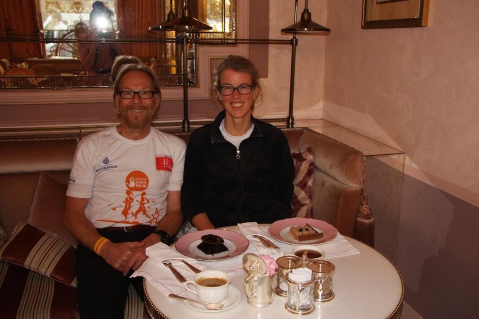 Henk en ik aan thee en taart