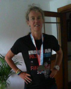 Met de Ironmantrofeeën: shirt, medaille, polsbandjes (voor elk van de vier looprondes een ander kleurtje)