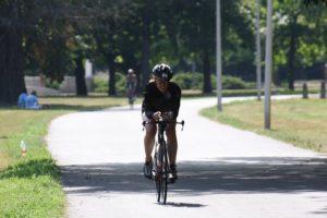 Bijna klaar met fietsen. Ik houd de houding nog net.