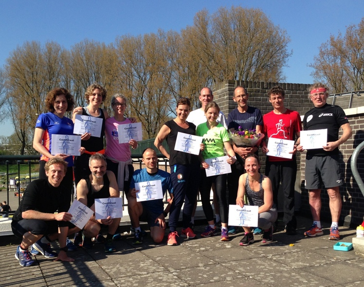Groep met certificaten in de zon
