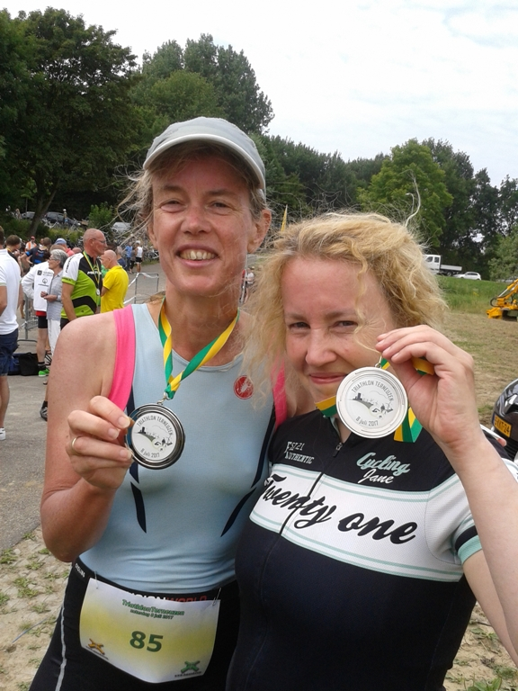 http://www.delftweg9.nl/triathlon/wp-content/uploads/2017/07/terneuzen-nicoleenikmetmedailles.jpg