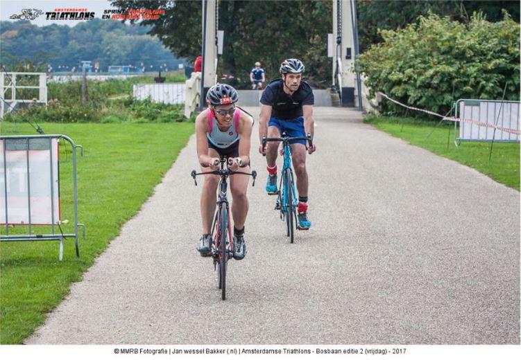 Op de fiets, bruggetje op achtergrond
