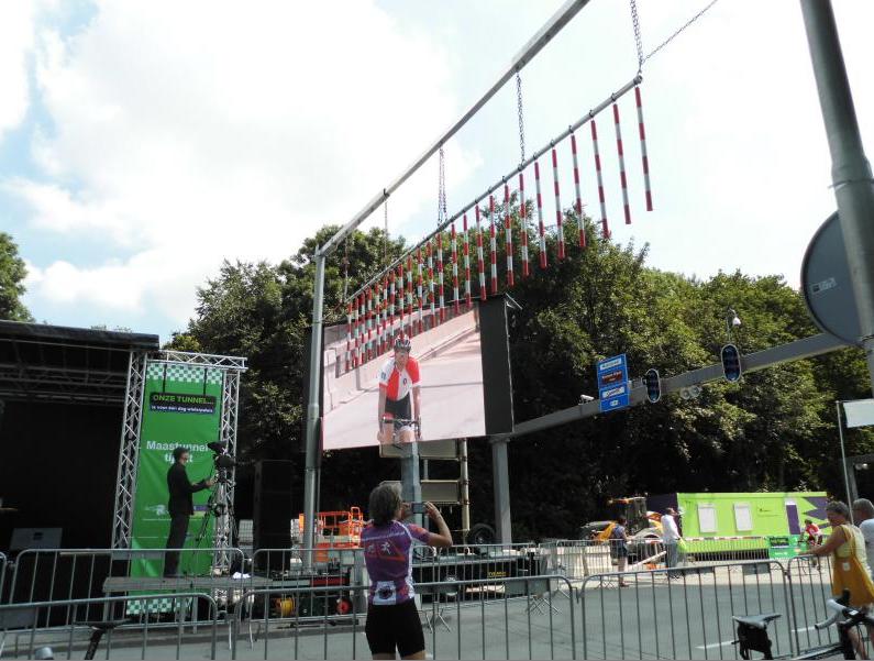 Ik op rug foto aan het maken van scherm met Henk in Feyenoordshirt