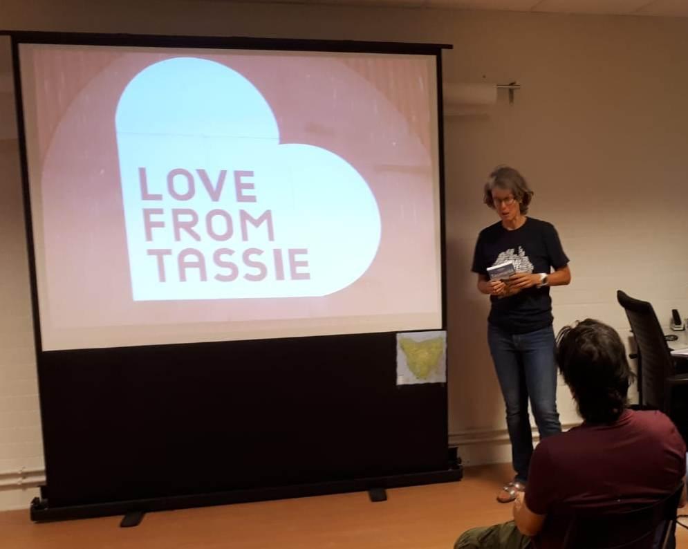 Ik voor scherm met 'Love from Tassie' erop