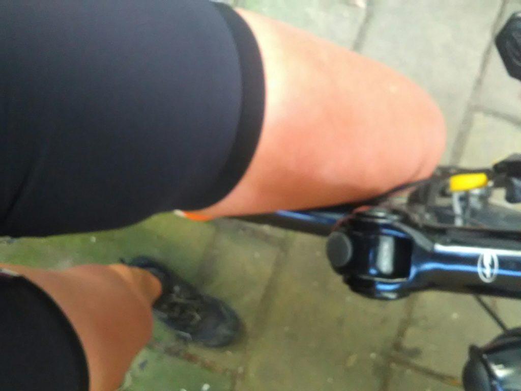 Blote benen en stukjes fiets vanuit selfie-perspectief