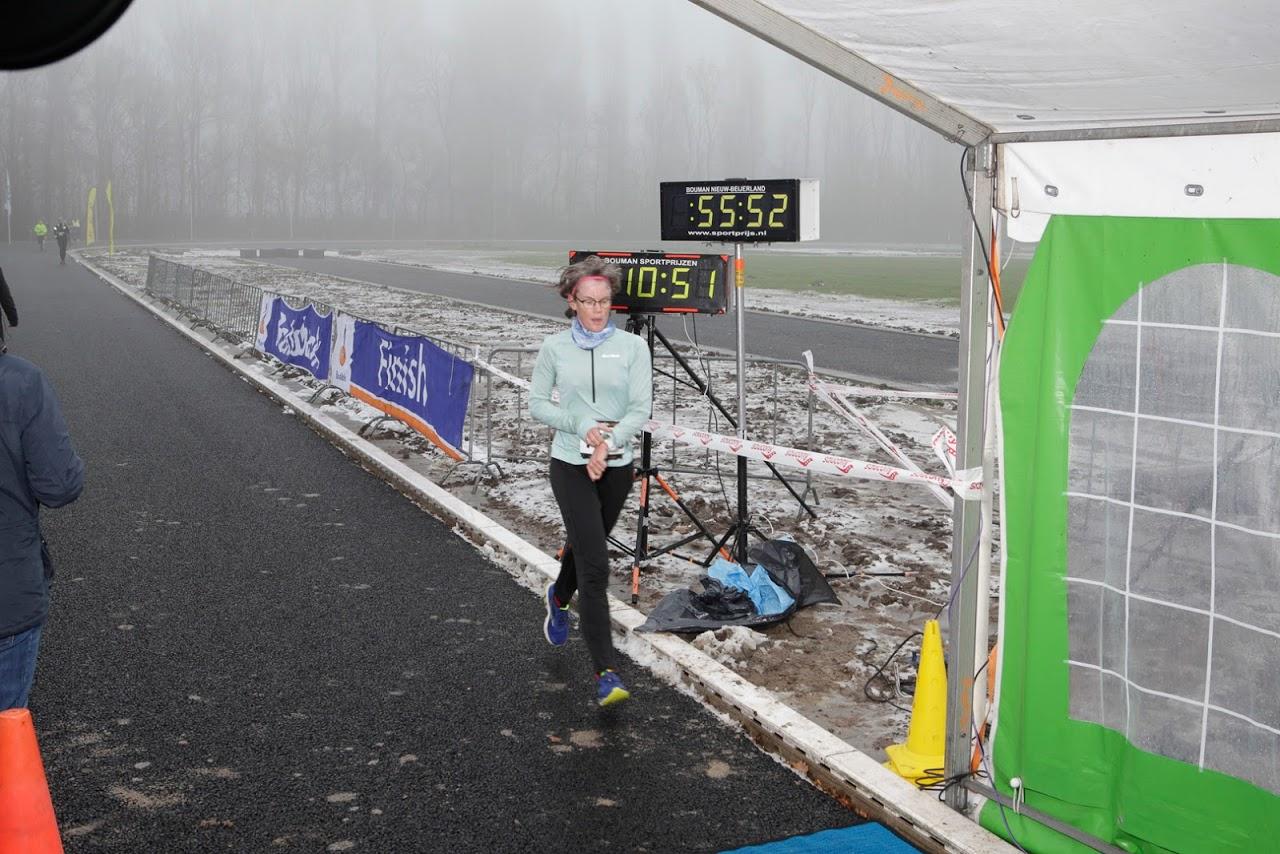 Lopen, atletiekbaan, mist en de klok staat op 55:52