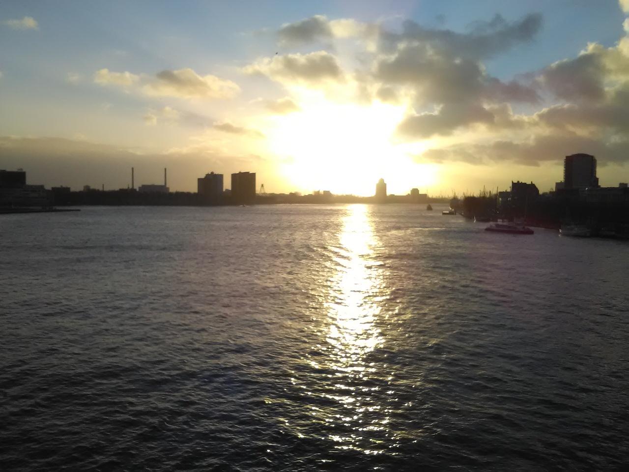 Zonnig winters uitzicht over de Maas in Rotterdam vanaf de Erasmusbrug