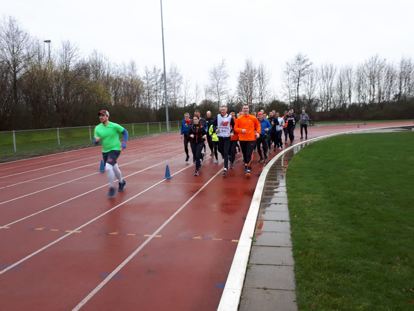 Groepje lopers op atletiekbaan